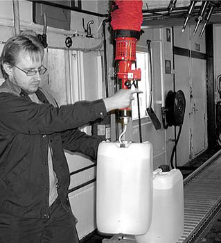 vacuum-lifter-for-dairy-jugs